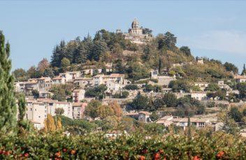 Passez-un-séjour-au-camping-Les-Rives-du-Lac-et-découvrez-la-ville-de-Sisteron