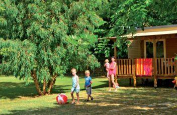 37-editeur_page_bloc_element-location-mobil-home-avec-enfant-qui-joue-au-ballon-1600x851